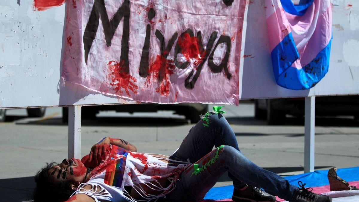 Activistas LGBT cortan calles de la capital mexicana por recientes asesinatos