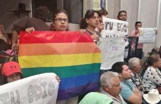 Protesta comunidad LGBT en Congreso; exigen aprobar matrimonio igualitario