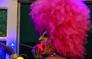 Ejecutivo brilla como drag-queen y promueve la inclusión en Brasil