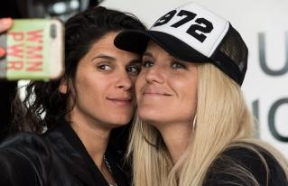 """Sofía Elliot y Valentina Godfrid: las actrices que explican """"Cómo salir del clóset"""" en YouTube"""